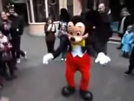 ディズニーランドでミッキーが少年と本気ダンスバトル!【必見!】